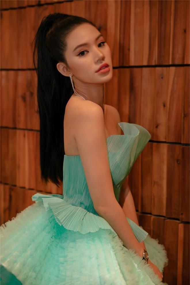 Thảm đỏ lố nhất Việt Nam: Nếu Phương Khánh là đóa hoa thì Jolie Nguyễn chính là giấy gói quà, riêng Nam Em... quên mặc quần - Ảnh 5.