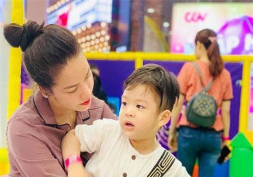 Nhật Kim Anh và con trai