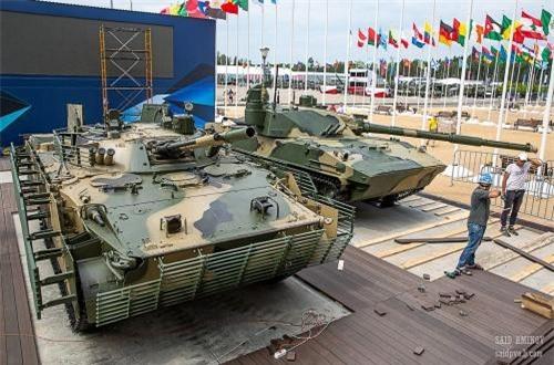 Xe chiến đấu bộ binh BMP-3 cùng pháo tự hành 2S25 Sprut-SD xuất hiện với giáp lồng bọc hông chống đạn RPG. Nguồn ảnh: SAID AMINOV