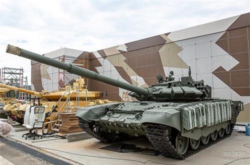Xe tăng chủ lực T-72B3 tích hợp module giáp hông. Nguồn ảnh: SAID AMINOV