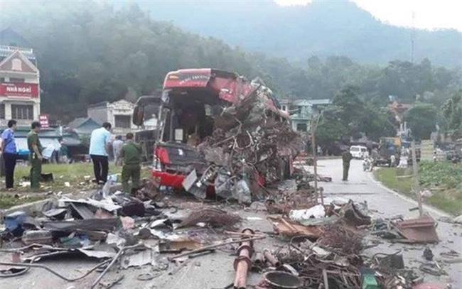 Hiện trường vụ tai nạn giao thông kinh hoàng khiến 41 người thương vong trên Quốc lộ 6 qua tỉnh Hòa Bình hôm 17/6. (Ảnh: Báo điện tử Người lao động)