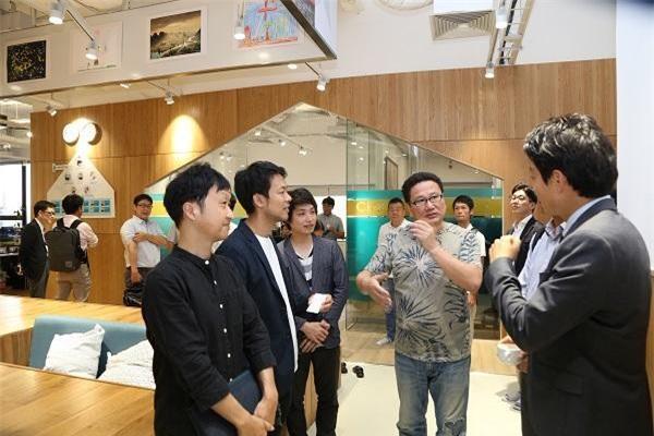 Ông Matsunaga (ở giữa) hào hứng chia sẻ với đối tác về văn phòng mới