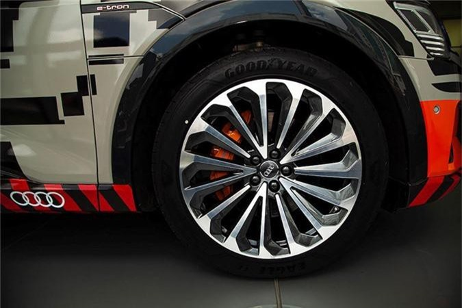 Can canh SUV chay dien Audi e-tron dau tien ve Viet Nam-Hinh-5