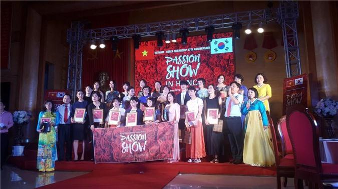 Ban Tổ chức tặng quà cho 20 doanh nghiệp của Việt Nam và Hàn Quốc.