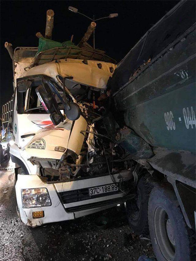 Hai người trên cabin xe tải chở gỗ tử vong tại chỗ.
