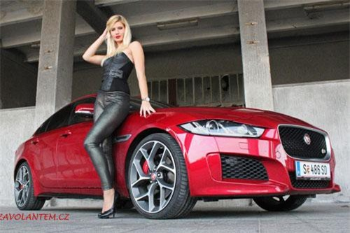 Hình ảnh hot girl bên xe Jaguar XE R-Sport.