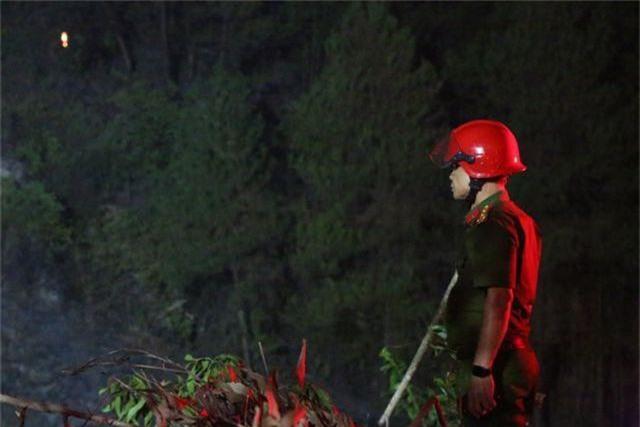 Hàng trăm người căng mình chữa cháy ở khu rừng cuồn cuộn lửa trong đêm - 10