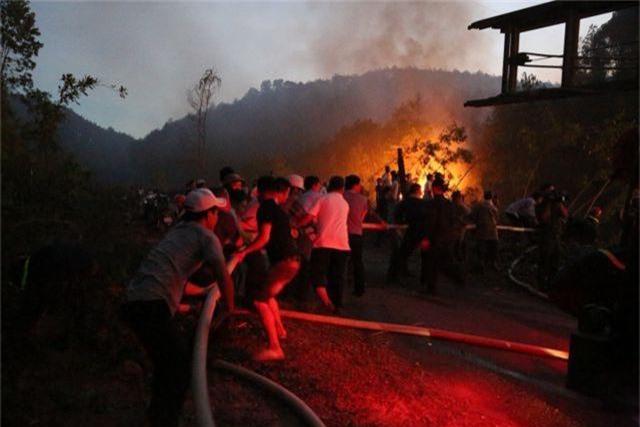 Hàng trăm người căng mình chữa cháy ở khu rừng cuồn cuộn lửa trong đêm - 4