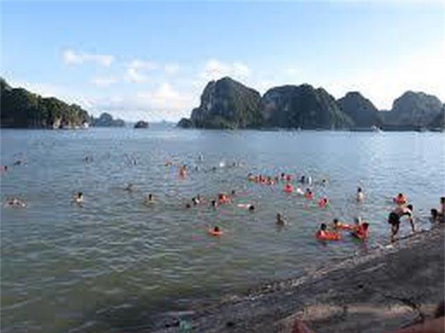 Gặp dòng chảy xa bờ khi tắm biển, 2 du khách đuối nước - 2