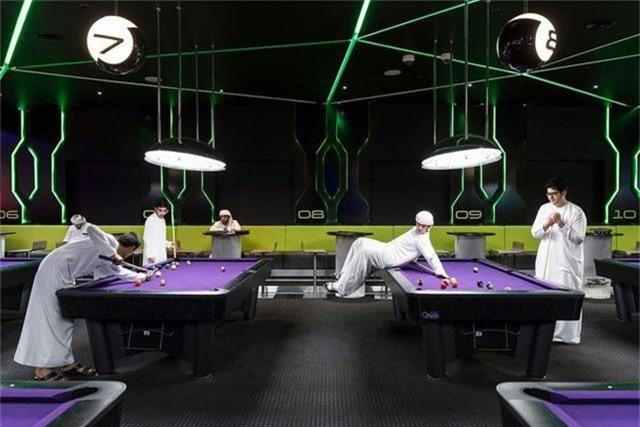 Những thanh niên của Các Tiểu vương quốc Ả Rập Thống nhất say sưa chơi bi-a trong khu vui chơi giải trí thuộc khu mua sắm City Walk rất đắt đỏ ở Dubai.