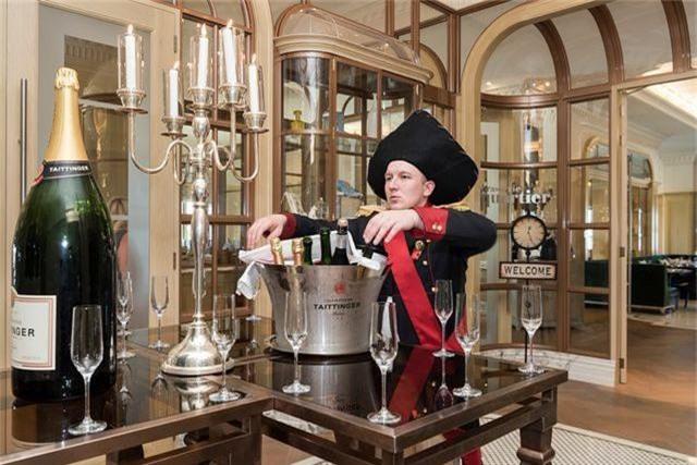 Một nhân viên đang phục vụ rượu champagne chào đón khách VIP tới khách sạn St Regis sang trọng. Đây là một trong những khách sạn xa hoa bậc nhất, chỉ giới thượng lưu ở Dubai mới lui tới.