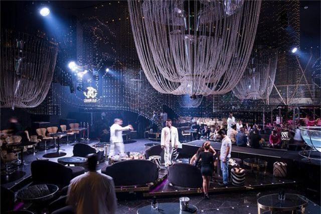 Một trong những điểm giải trí thường xuyên đón tiếp giới siêu giàu của Dubai chính là câu lạc bộ Cavalli. Trong hình là bữa tiệc các khách mời chào đón năm mới.