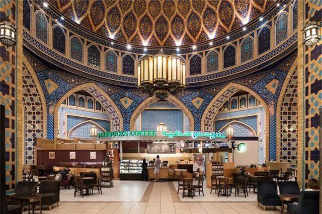 Còn đây là trung tâm Ibn Battuta, gồm 6 tòa, mỗi tòa được thiết kế theo lối lấy cảm hứng từ một số quốc gia. Trong hình là một quán café của Starbucks được thiết kế tráng lệ như một cung điện.