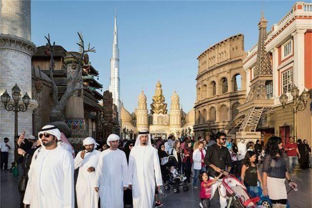 """Một nhóm du khách của Các Tiểu vương quốc Ả Rập thống nhất tới thăm """"làng toàn cầu"""". Ngôi làng thực chất là công viên giải trí với các tòa nhà được xây dựng mô phỏng công trình kiến trúc tiêu biểu toàn cầu, đại diện cho 75 quốc gia."""