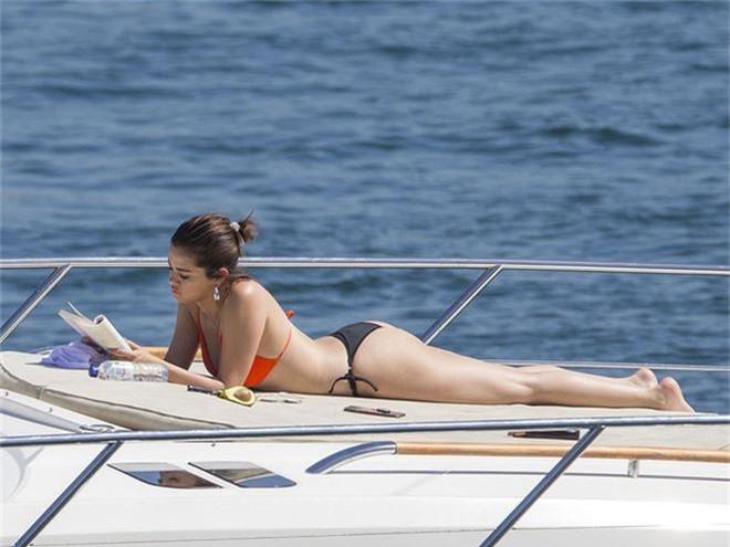 Lâu lắm mới thấy Selena Gomez diện bikini, vòng 1 vẫn khủng miễn bàn nhưng sao vòng 2 lại lộ đầy ngấn mỡ thế này? - Ảnh 4.