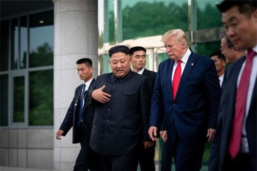 Tổng thống Trump và nhà lãnh đạo Kim Jong-un gặp nhau tại khu phi quân sự liên Triều (Ảnh: New York Times)