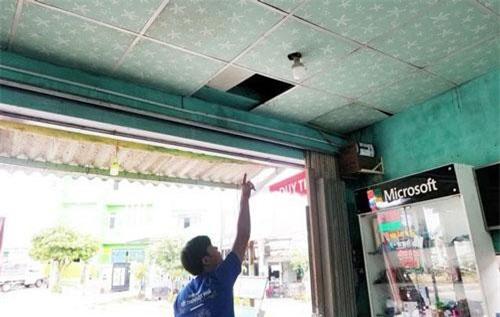 Tên trộm cuỗm sạch điện thoại trong cửa hàng  Tên trộm cắt mái tôn, tháo la-phông để đột nhập vào bên trong cửa hàng.