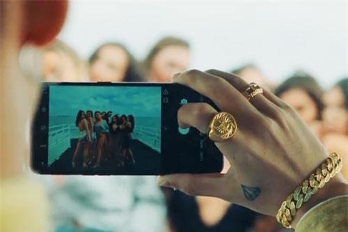 Sơn Tùng sử dụng Oppo F9 để chụp ảnh các mỹ nhân trong MV. Ảnh chụp màn hình. Nguồn: Sơn Tùng M-TP Official.