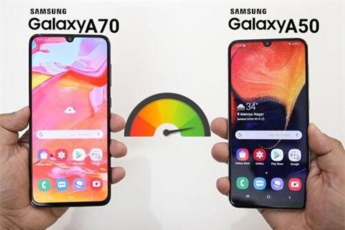 Samsung Galaxy A70 và Galaxy A50 (phải).