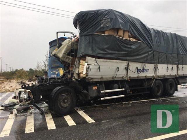 Xe tải va chạm xe container rồi đâm trực diện xe khách, 10 người bị thương - 2