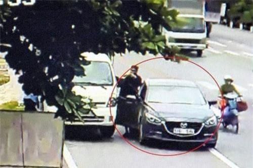 Hình ảnh dàn cảnh của hai người đàn ông ngoại quốc vờ đổi tiền lẻ rồi ra tay cướp tài sản của chủ xe tải
