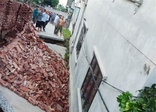 Hố sâu bất ngờ xuất hiện khiến ngôi nhà 2 tầng bị nghiêng, lún khoảng 4m so với mặt đường (Ảnh: CTV).