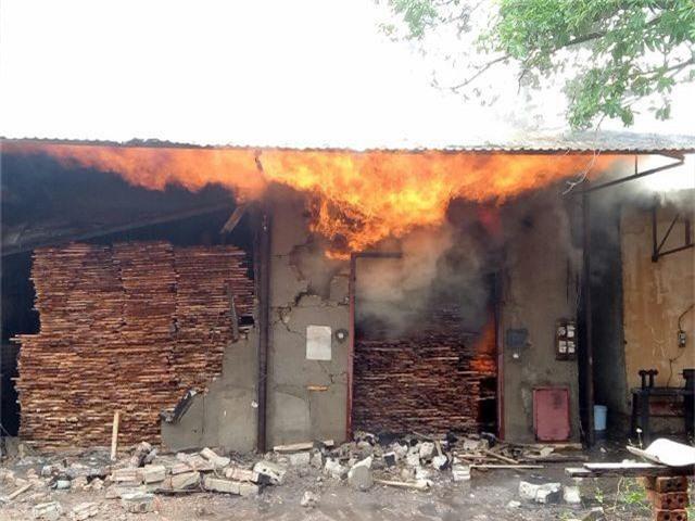 Lò sấy gỗ cháy lớn sau trận mưa đêm - 2