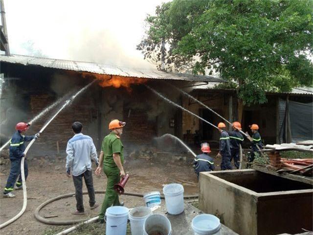 Lò sấy gỗ cháy lớn sau trận mưa đêm - 3
