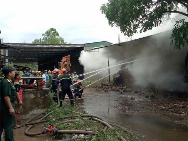 Lò sấy gỗ cháy lớn sau trận mưa đêm - 4