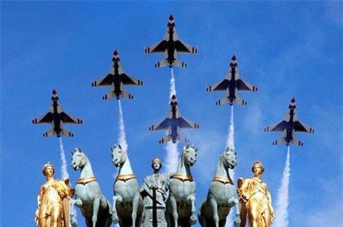 Các máy bay Thunderbird của Không quân Mỹ tham gia lễ duyệt binh kỷ niệm Quốc khánh Pháp tại thủ đô Paris ngày 14/7/2017.