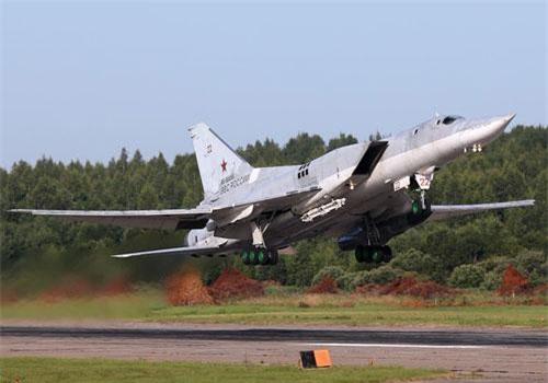 """Trong ảnh là máy bay ném bom siêu âm Tu-22M hiện đang phục vụ trong Không quân Nga. Đây là một trong những máy bay ném bom có thiết kế đẹp nhất hiện nay, nó trông như một chú """"thiên nga trắng"""", máy bay được thiết kế với cửa hút không khí cho động cơ ở hai bên hông, cánh tam giác có thể cụp – xòe. Nguồn ảnh: Wikipedia"""
