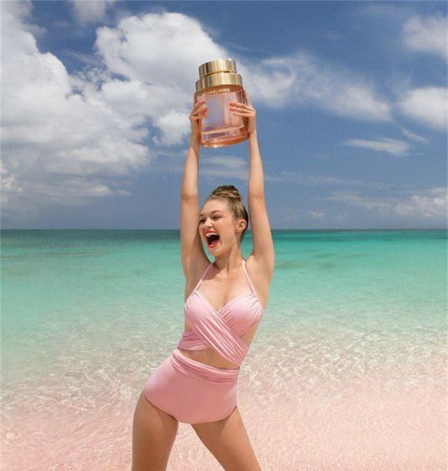 Gigi Hadid tập yoga trong ảnh quảng cáo - 4