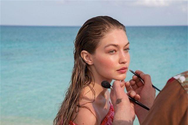 Gigi Hadid tập yoga trong ảnh quảng cáo - 5