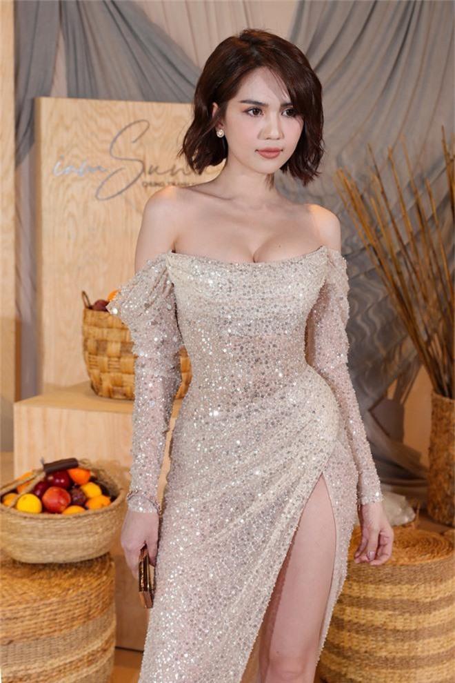 Ngọc Trinh nơm nớp lộ hàng, lọt thỏm giữa dàn người đẹp tóc tai siêu to khổng lồ như Hari Won, Jolie Nguyễn - Ảnh 1.