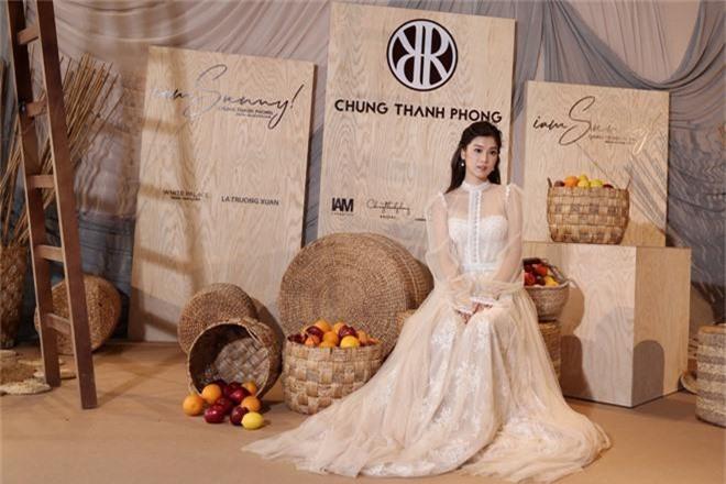 Ngọc Trinh nơm nớp lộ hàng, lọt thỏm giữa dàn người đẹp tóc tai siêu to khổng lồ như Hari Won, Jolie Nguyễn - Ảnh 10.