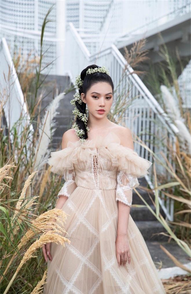 Ngọc Trinh nơm nớp lộ hàng, lọt thỏm giữa dàn người đẹp tóc tai siêu to khổng lồ như Hari Won, Jolie Nguyễn - Ảnh 4.