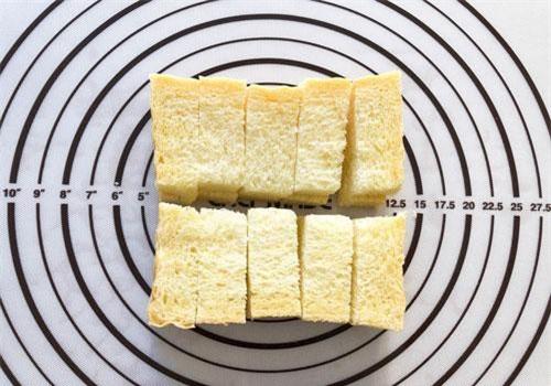 Cắt bánh mì thành từng thanh nhỏ dạng con chì.
