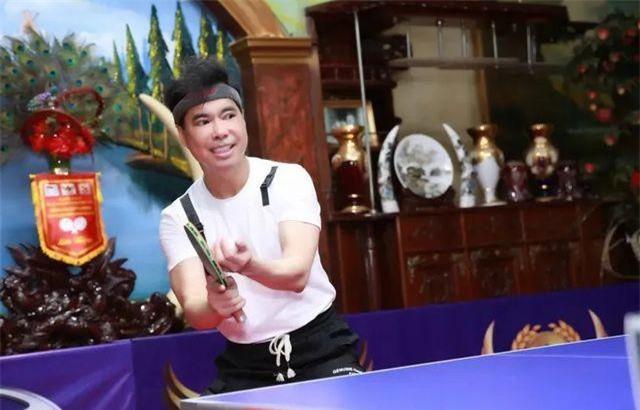 Ngọc Sơn nổi tiếng là nghệ sĩ Việt yêu thể thao và thường xuyên rèn luyện thể thao mọi lúc mọi nơi, kể cả khi đi lưu diễn. Dù vậy, cũng có không ít người ngỡ ngàng khi biết anh đã chi ra hơn 300 triệu đồng để sửa phòng khách thành phòng thi đấu bóng bàn.