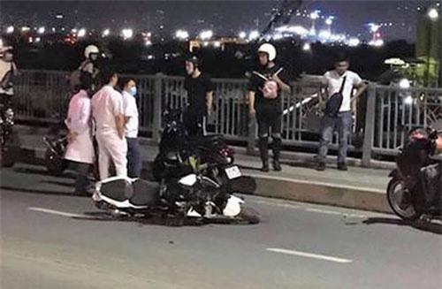 Hiện trường vụ tai nạn mô tô PKL tông người đàn ông đi xe đạp trên cầu Thủ Thiêm.