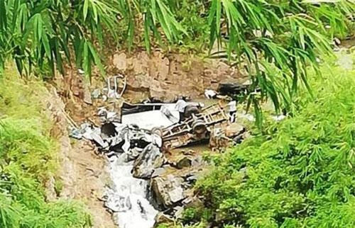 Chiếc xe tải nằm dưới vực sâu bị nát bét, tài xế tử vong tại chỗ.