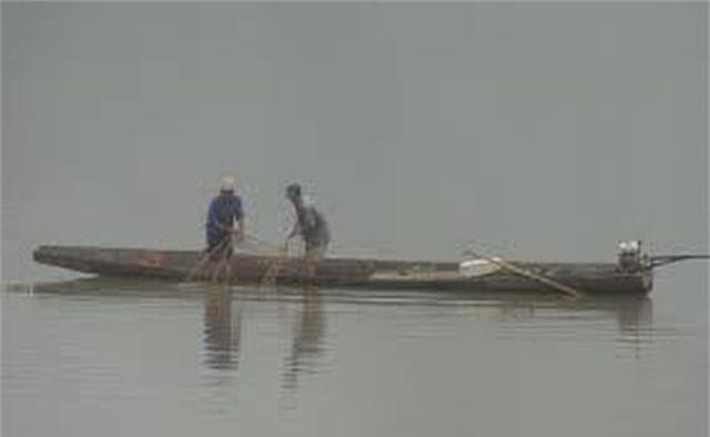 2 bố con bị lưới cuốn, tử vong trên sông - 1
