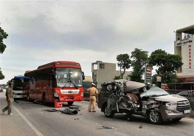 Tai nạn liên hoàn giữa 4 xe, xe 7 chỗ nát bươm, 2 người bị thương - 1