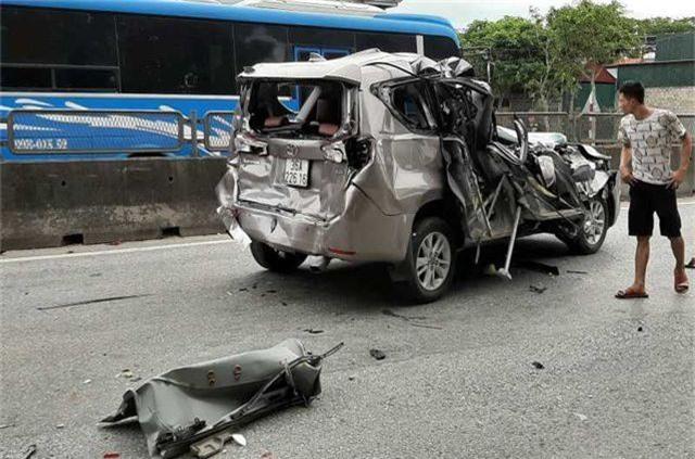 Tai nạn liên hoàn giữa 4 xe, xe 7 chỗ nát bươm, 2 người bị thương - 3