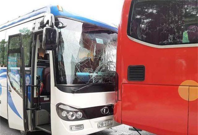 Tai nạn liên hoàn giữa 4 xe, xe 7 chỗ nát bươm, 2 người bị thương - 4