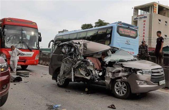 Tai nạn liên hoàn giữa 4 xe, xe 7 chỗ nát bươm, 2 người bị thương - 5