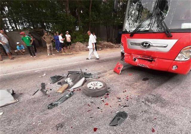 Tai nạn liên hoàn giữa 4 xe, xe 7 chỗ nát bươm, 2 người bị thương - 6