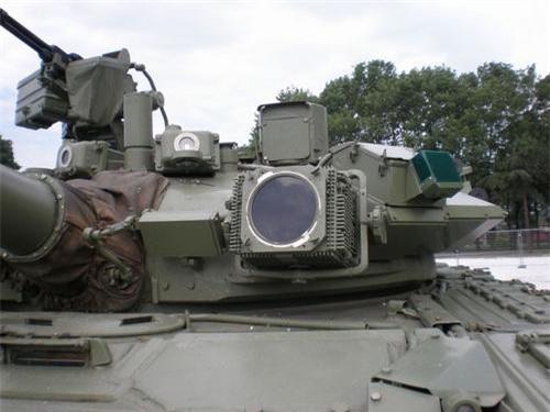 Cận cảnh đèn gây nhiễu của hệ thống Shtora 1 trên xe tăng M-84AB1