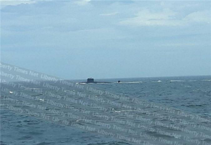 Tàu ngầm Trung Quốc xuất hiện gần phà.