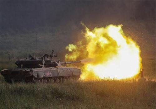 Xe tăng T-80 khai hỏa trên thao trường Alabino ở Khu vực Moscow trong khuôn khổ triển lãm Army-2019.