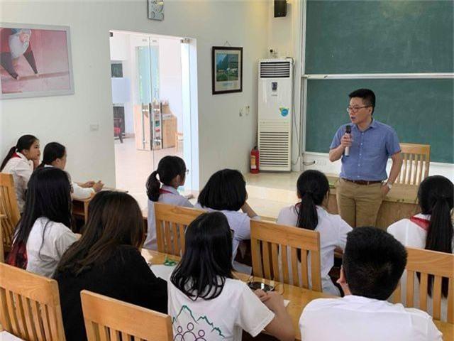 Giáo sư Ngô Bảo Châu dạy toán cho học sinh có hoàn cảnh khó khăn - 1